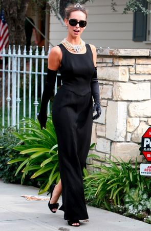 jennifer_love_hewitt_does_her_best_aubrey_hepburn_in_beverly_hills_06_122_817lo
