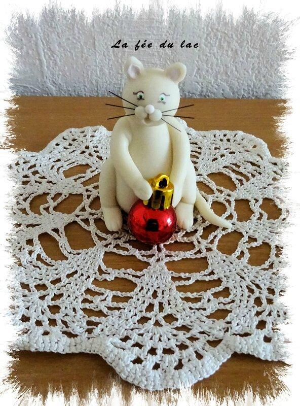 Chat et boule de Noël