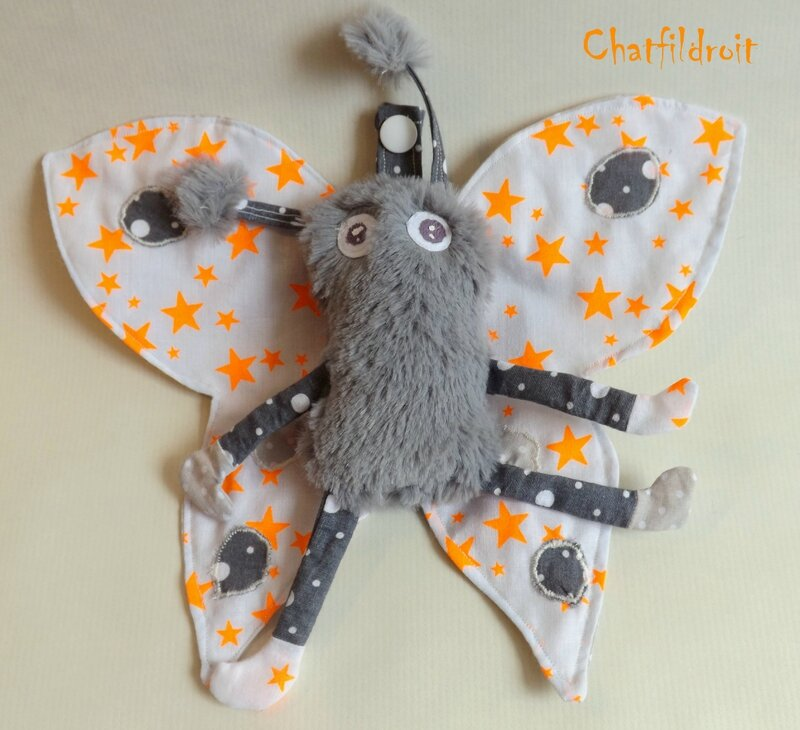 doudou papillon de nuit chatfildroit gris et orange fluo