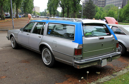 Oldsmobile_custom_cruiser_wagon_de_1986__Retrorencard_mai_2010__02