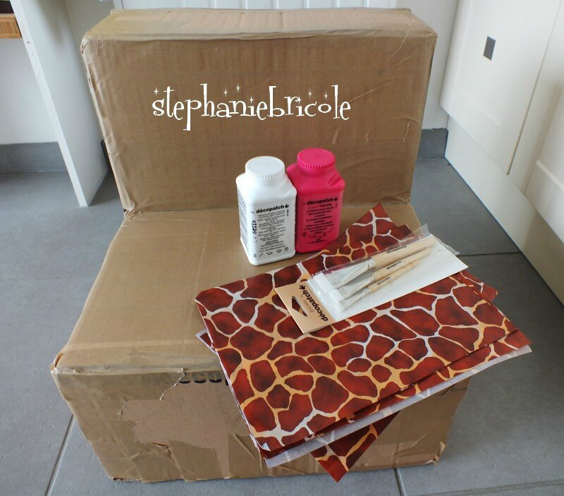 faire un fauteuil en carton et le recouvrir de d copatch girafe st phanie bricole. Black Bedroom Furniture Sets. Home Design Ideas