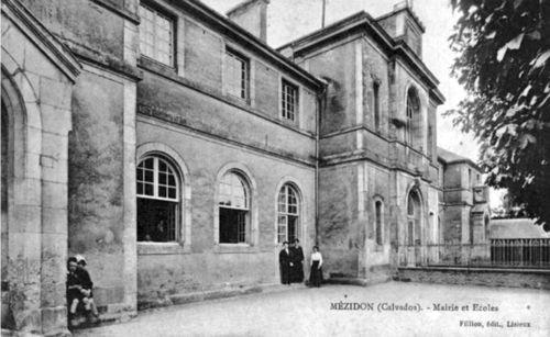 Mezidon - la grande rue (l'ancienne école et mairie)