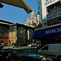 Le marché Saint-Pierre au pied de la butte Montmartre.
