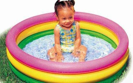 Une piscine ludique pour b b une piscine la maison for Bebe dans piscine