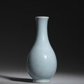 A ru-type pear-shaped vase, 18th-19th century