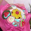 Mme violette offre un bouquet de bonbons