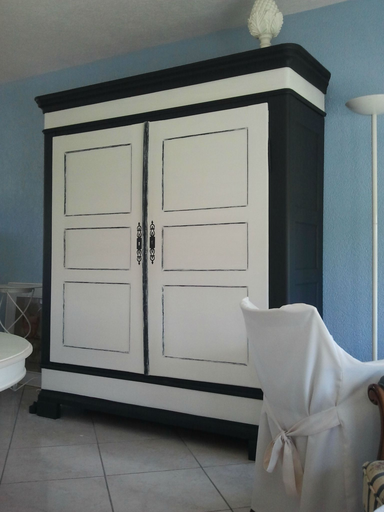 relooker une armoire ancienne. Black Bedroom Furniture Sets. Home Design Ideas