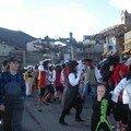 Le carnaval des adultes défilant dans tout le village