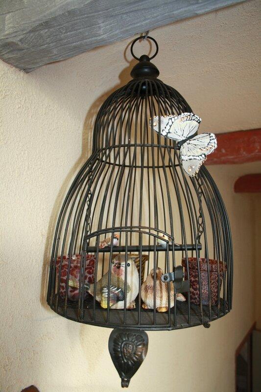 Les cages oiseaux font la d co pour une ambiance - Decorer une cage a oiseaux ...