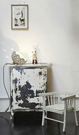 fleur tricot meuble metal et chaise bois clair