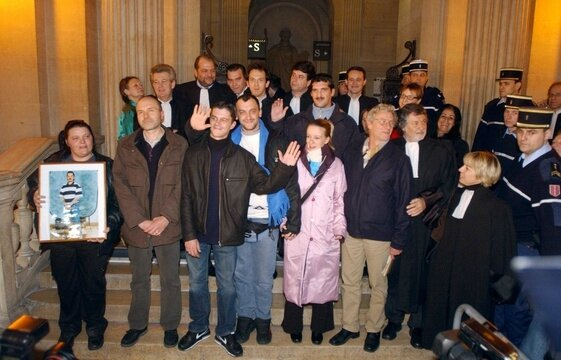 561x360_six-acquittes-outreau-posent-avocats-1er-decembre-2005-lydia-mourmand-so