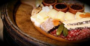 Plateau-de-fromages-et-charcuterie