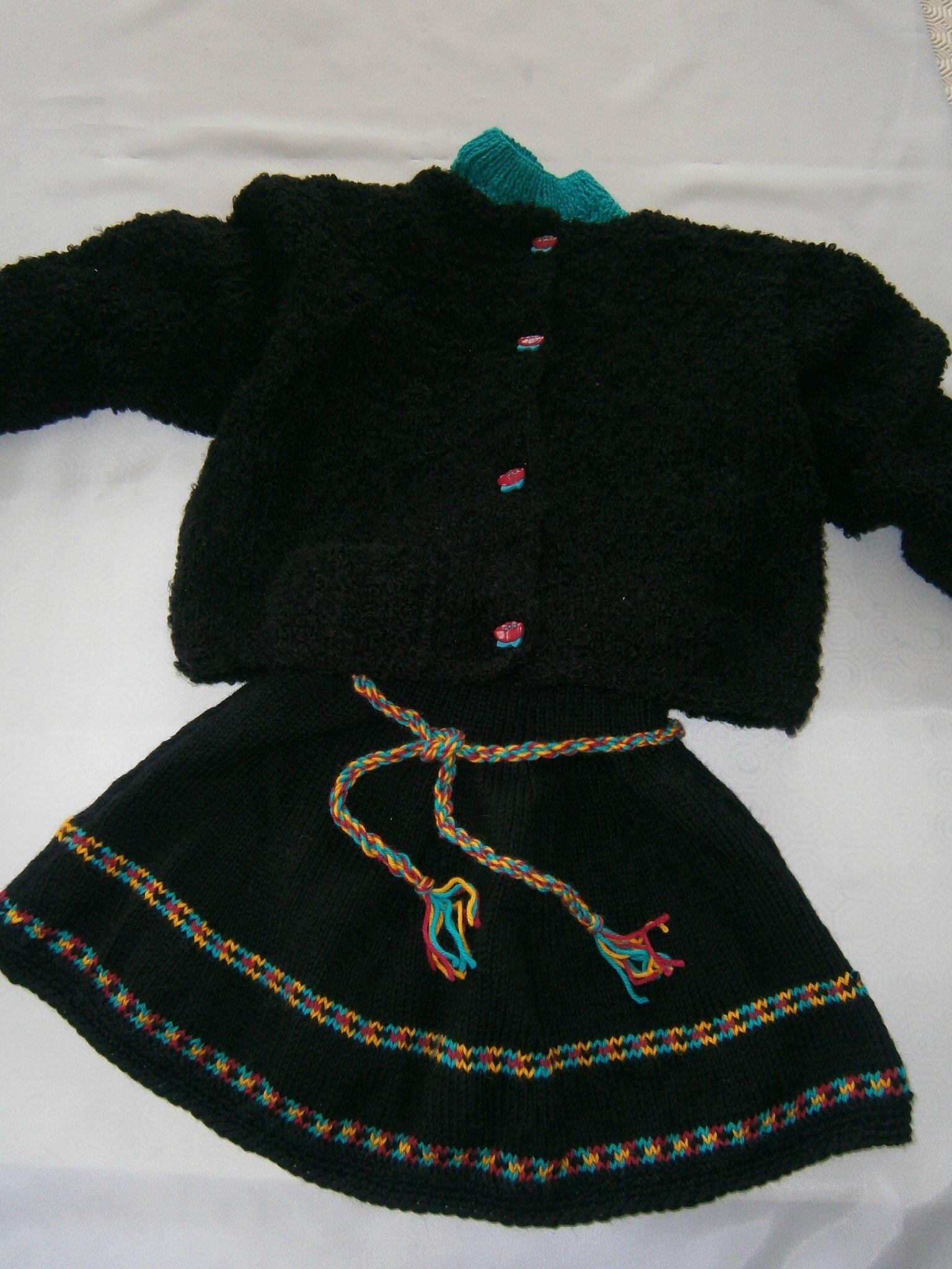 J'ai enfin ! fini mon ensemble petite fille (veste, jupe et pull) taille 4 ans, pour un dimanche à la campagne