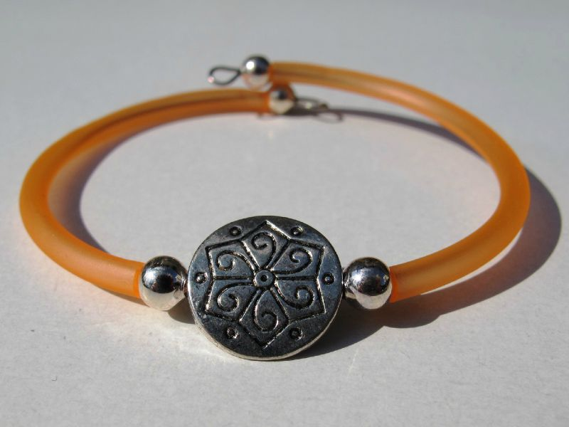 bracelet orange perle m�tallique celtique