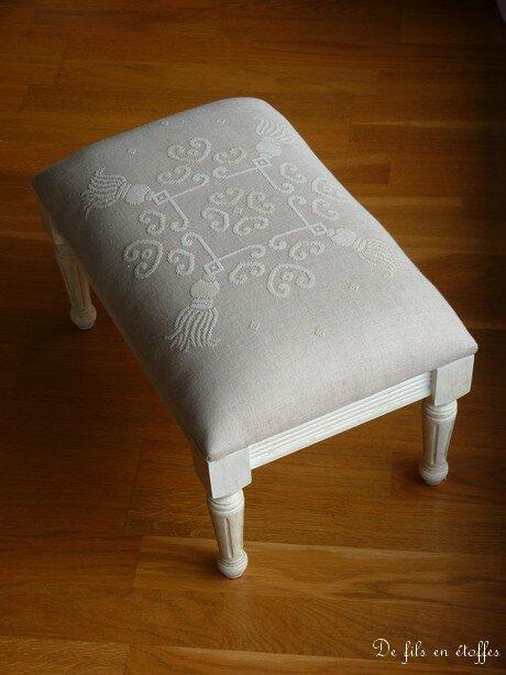 un repose pieds d coratif de fils en toffes. Black Bedroom Furniture Sets. Home Design Ideas