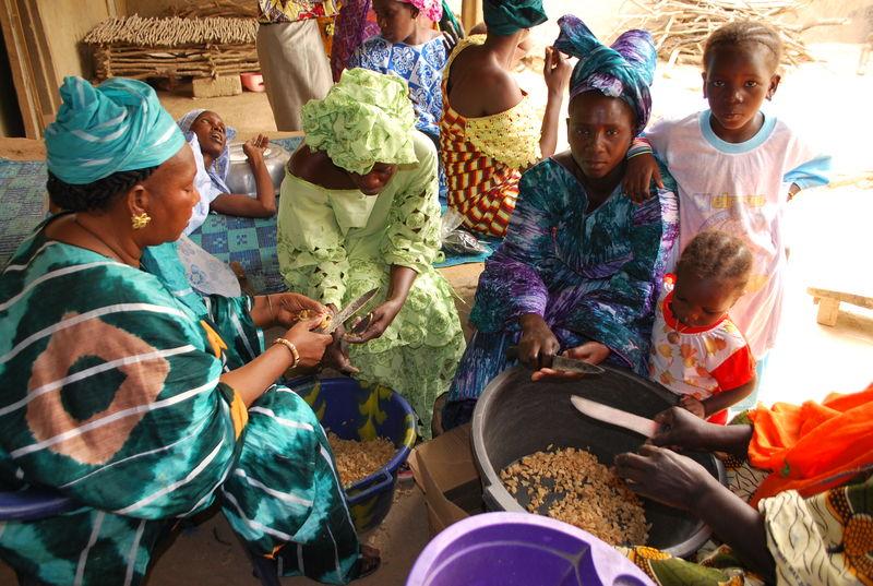 Ndeye GUISSE (à gauche), pratique la savonnerie, le tissage et la teinture : Atelier savon lors du Festival Bamtaaré Lawré Gawdé - Avril 2010