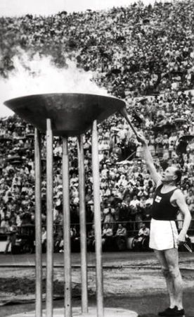 JO HELSINKI 1952 Paavo Nurmi allume la flamme
