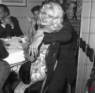 jayne-1959-italie_rome-gate_club-with_mickey-1