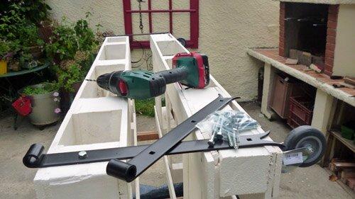 Table de jardin avec 2 palettes des fourmis dans les - Idees de genie avec des palettes ...