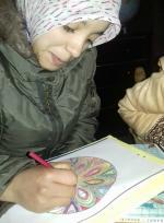 Farah entrain de réaliser son mandala