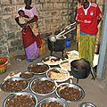 Les femmes se relaient pour préparer le repas des écoliers chaque midi - Village de Gawdé Bofé
