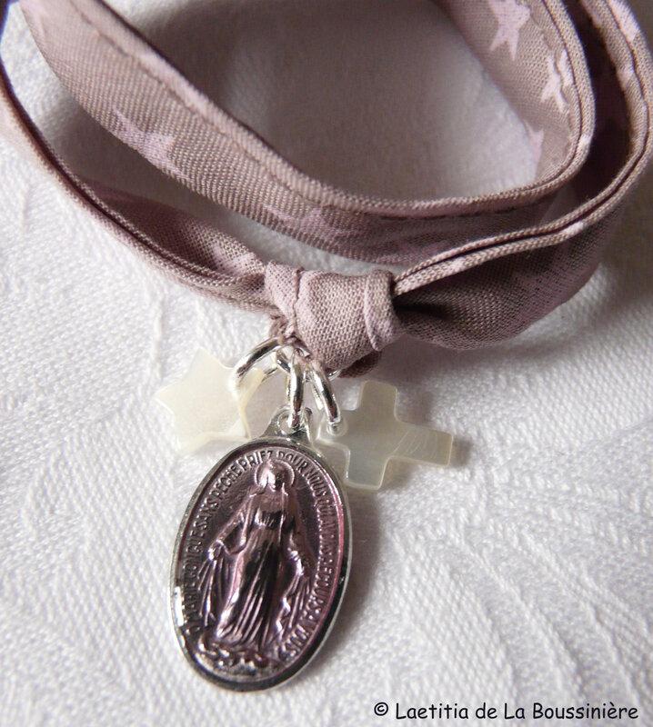 Bracelet Notre-Dame du Rosaire (sur ruban vieux rose étoiles roses) - détails