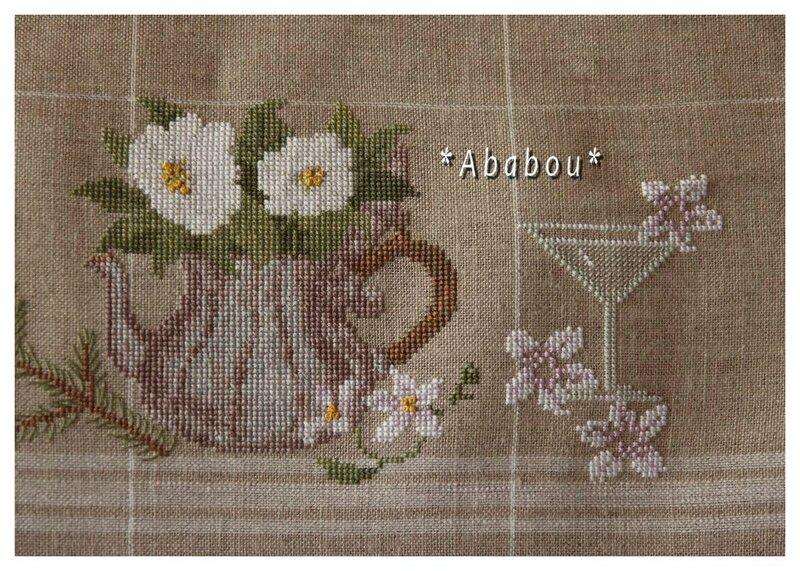 Théière fleurie et début du verre à cocktail