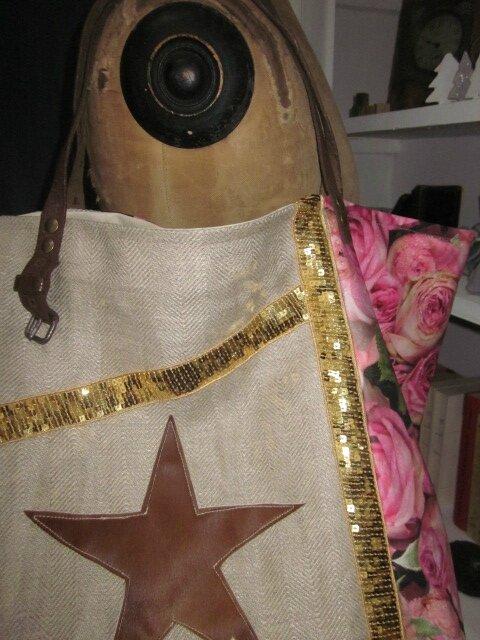Sac cabas FELICIE n°9 en lin brut et coton enduit imprimé roses, bandes de paillettes or, étoile en cuir vache fauve, fond en simili cuir écru, sangles militaires en cuir (5)
