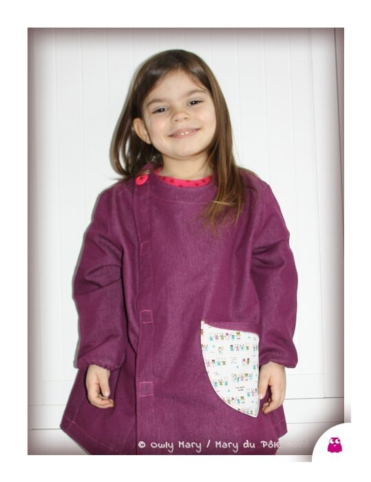 IMG_5266-owly-mary-du-pole-nord-tablier-enfant-une-petite-ecole-blouse-coton-tissu-prune-blanc-fuchsia-turquoise
