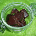 Chocolats noirs fourrés à la pralinoise et gavottes