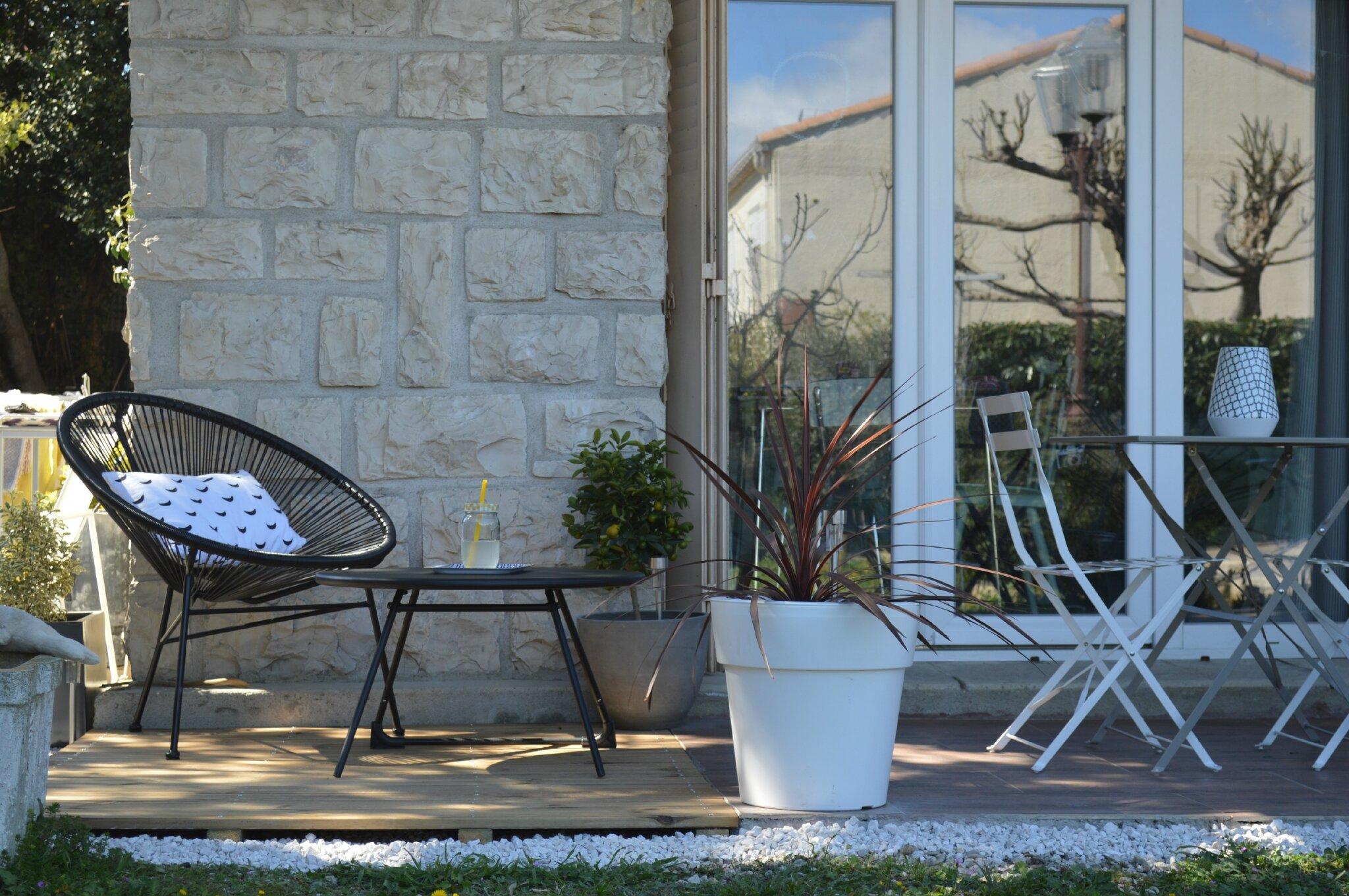 Salon de jardin en palette pour une terrasse en bois for Terrasse de jardin en palette