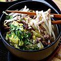 Udon au porc haché, bok choy, champignons noirs et pousses de soja - bouillon au miso