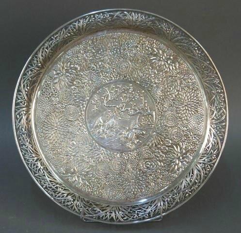 Plat sur 3 petits pieds en argent, Indochine, début du XXème siècle.