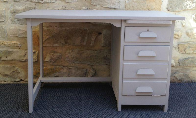 Ancien bureau comptable repeint gris avec tiroirs et for Table tiroir escamotable