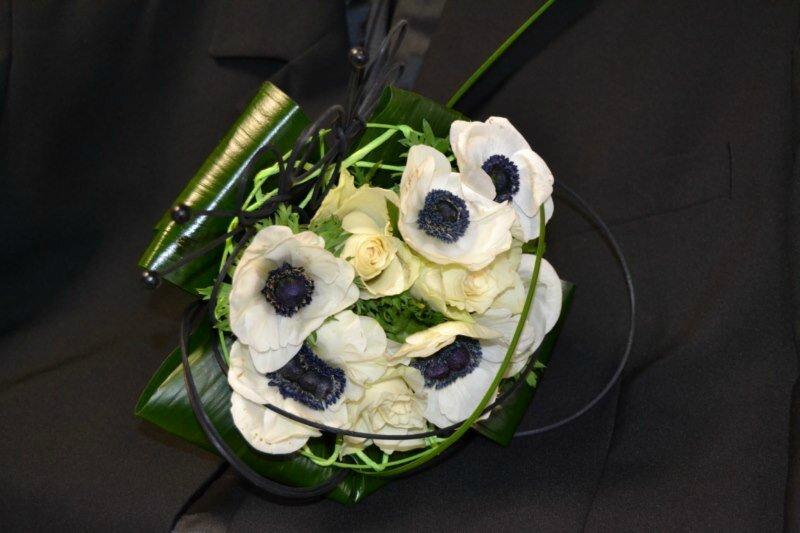 boutonnière et bouquet de mariée noir et blanc - au fil des fleurs