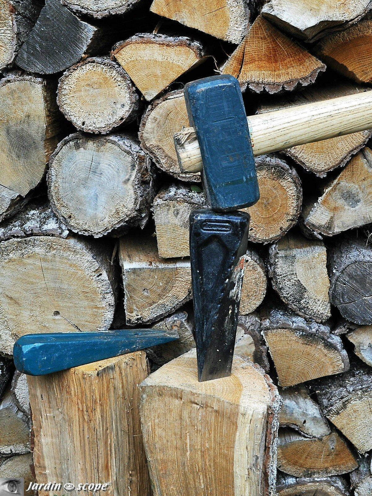 des outils perfectionn s pour fendre le bois le jardinoscope cot pratique les bons gestes. Black Bedroom Furniture Sets. Home Design Ideas