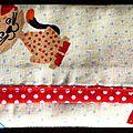 23. imprimé chats, bordure rouge à pois