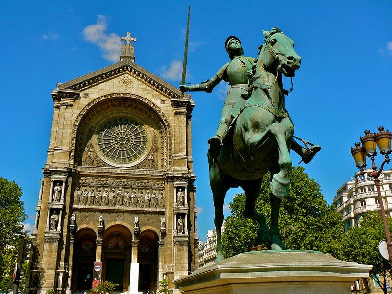 La statue de Jeanne d'Arc équestre sur la place Saint-Augustin.