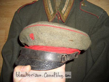 1_veste_et_le_bonnet__reconditionn__casquette__d_un_sous_officier_du_2_i_me_r_giment_de_la_garde___pied
