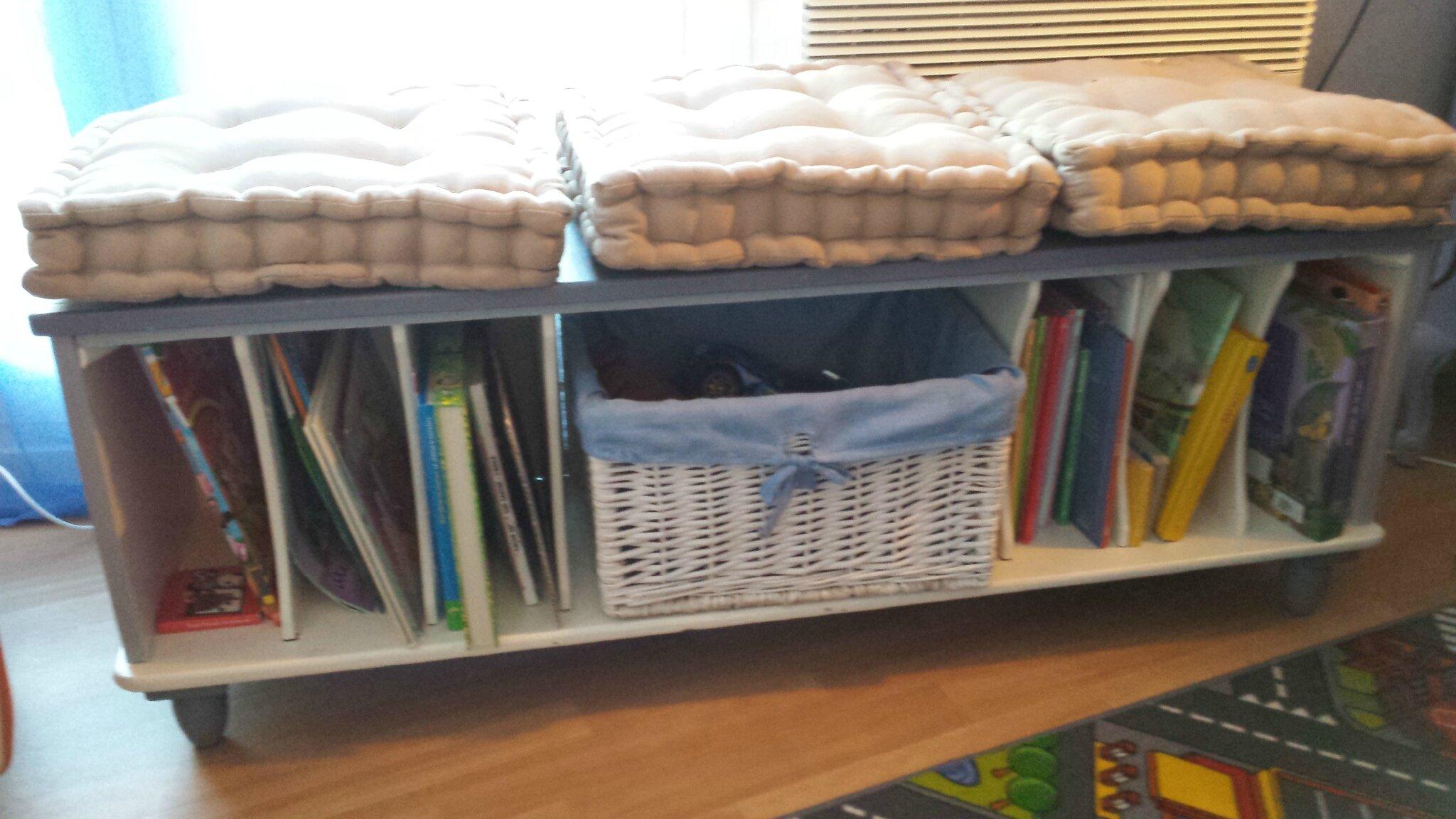 un ancien petit meuble transform en banc de lecture pour enfant d c 39 aline. Black Bedroom Furniture Sets. Home Design Ideas
