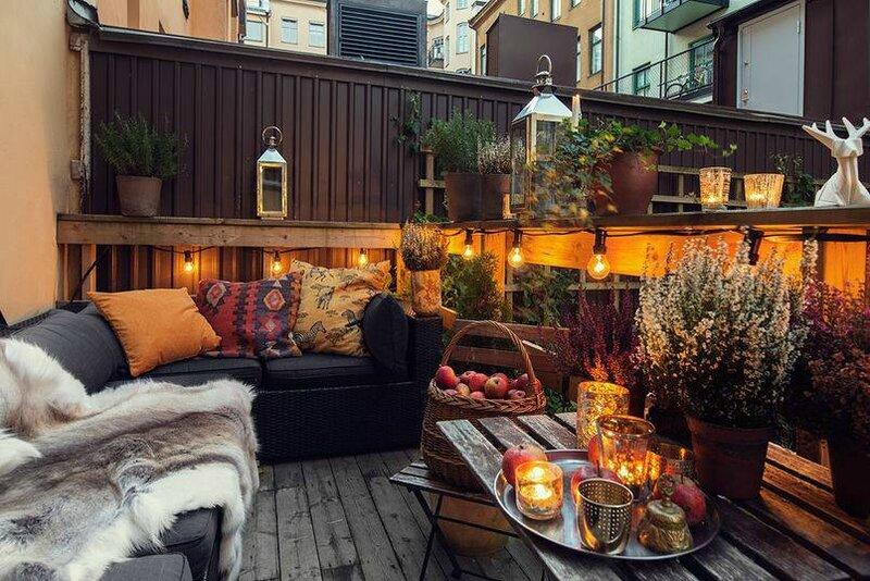 décoration-balcon-canapé-fausse-fourrure-ampoules-lanternes