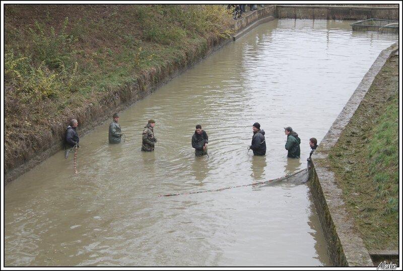 le pêcheur est un grand gosse qui aime patauger dans l'eau !