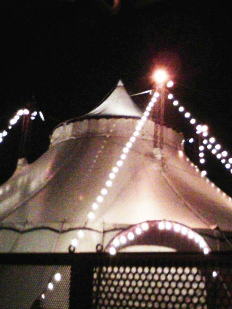Chapiteau de cirque de nuit