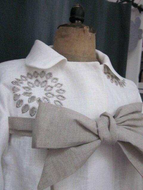 Manteau AGLAE en lin écru ajouré et brodé de beige fermé par un noeud de lin brut (5)