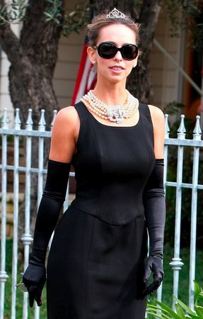 jennifer_love_hewitt_does_her_best_aubrey_hepburn_in_beverly_hills_01_122_1173lo1