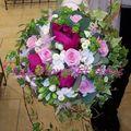 Bouquet rond de mariée pivoines et lierre