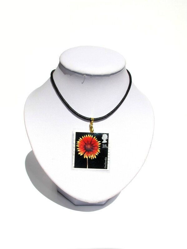 pendentif timbre angleterre fleur rouge