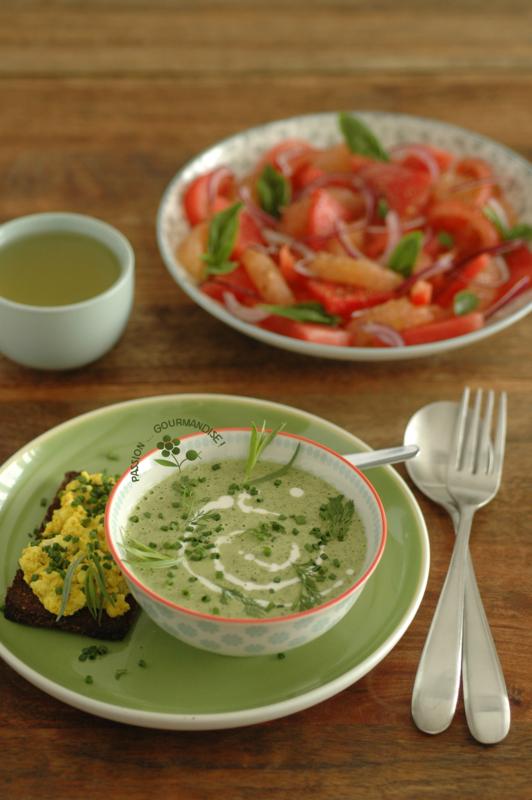Crème aux herbes, tartine de brouillade de tofu au curcuma, salade pamplemousse-pastèque-tomate-oignon rouge-huile d'olive vanillée_2