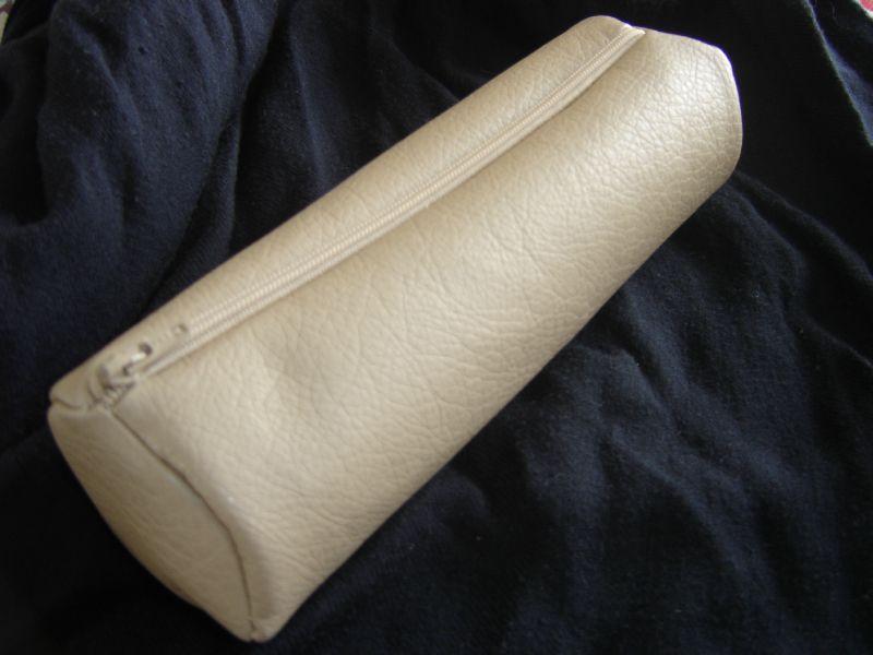 Trousse ronde pour stylos et crayons en simili cuir for Trousse de couture en cuir