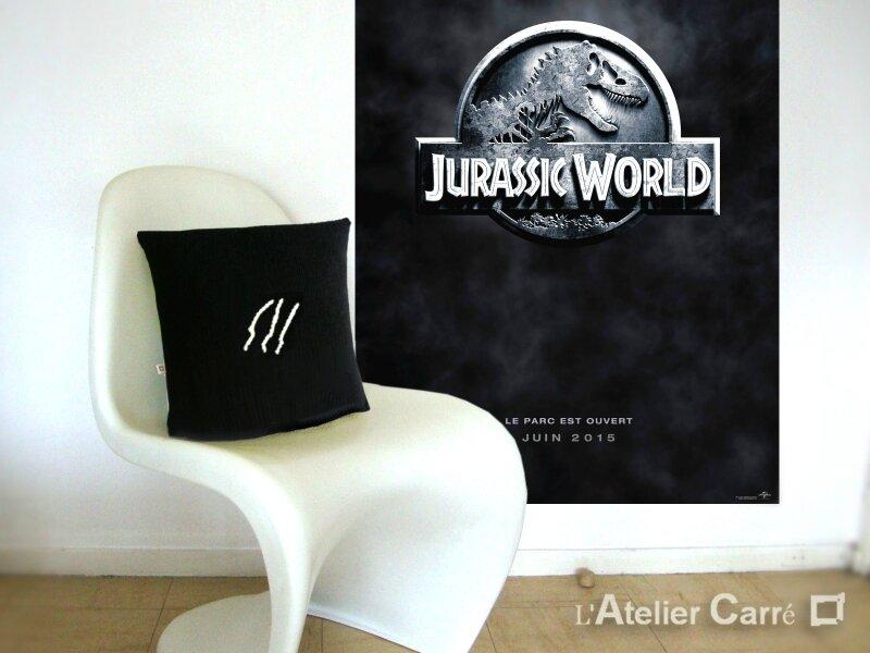 2015-06-09-coussin-symbole-film-jurassic-world